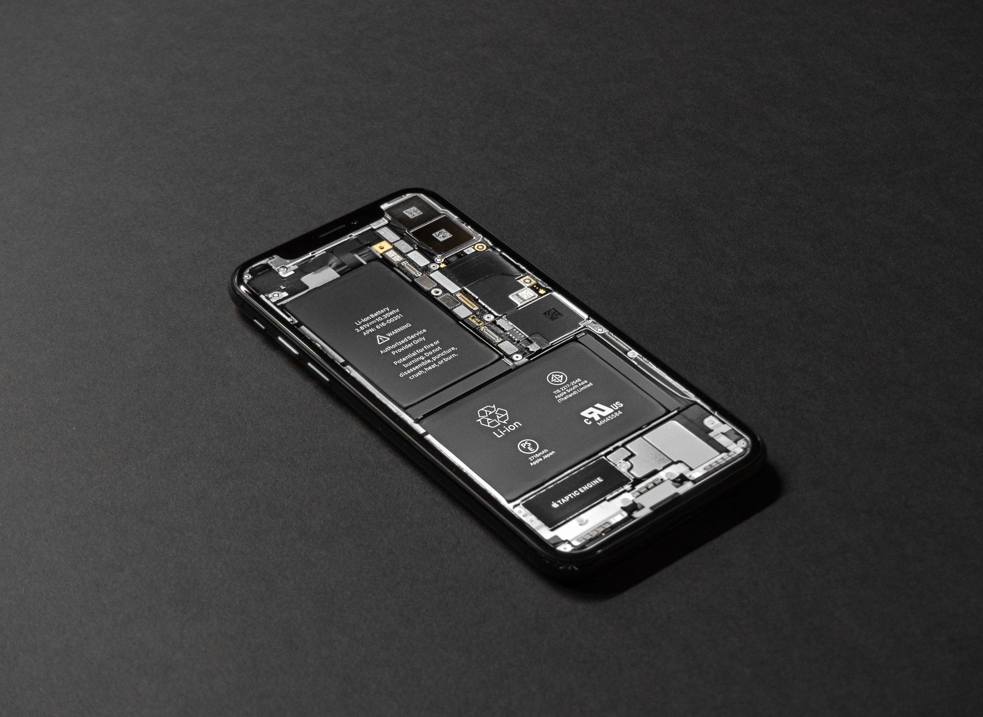 iPhoneがフリーズして再起動・強制終了できない?画面が固まる原因と対処方法
