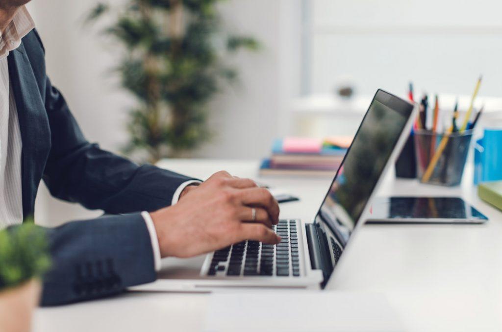 ビジネスにおすすめのノートパソコン5選と選び方