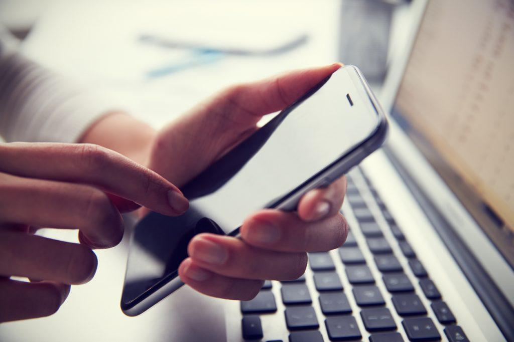 WiFiルーターの再起動で不調を解消|手順や注意点を解説