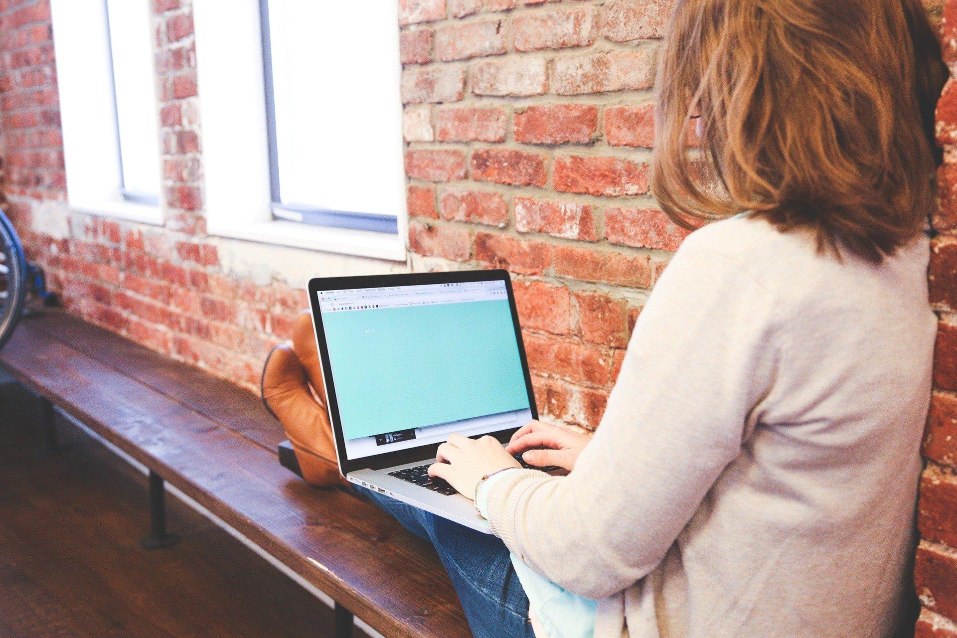 引越し先のインターネットはどうする?移転・解約手続き方法と開通までの期間解説
