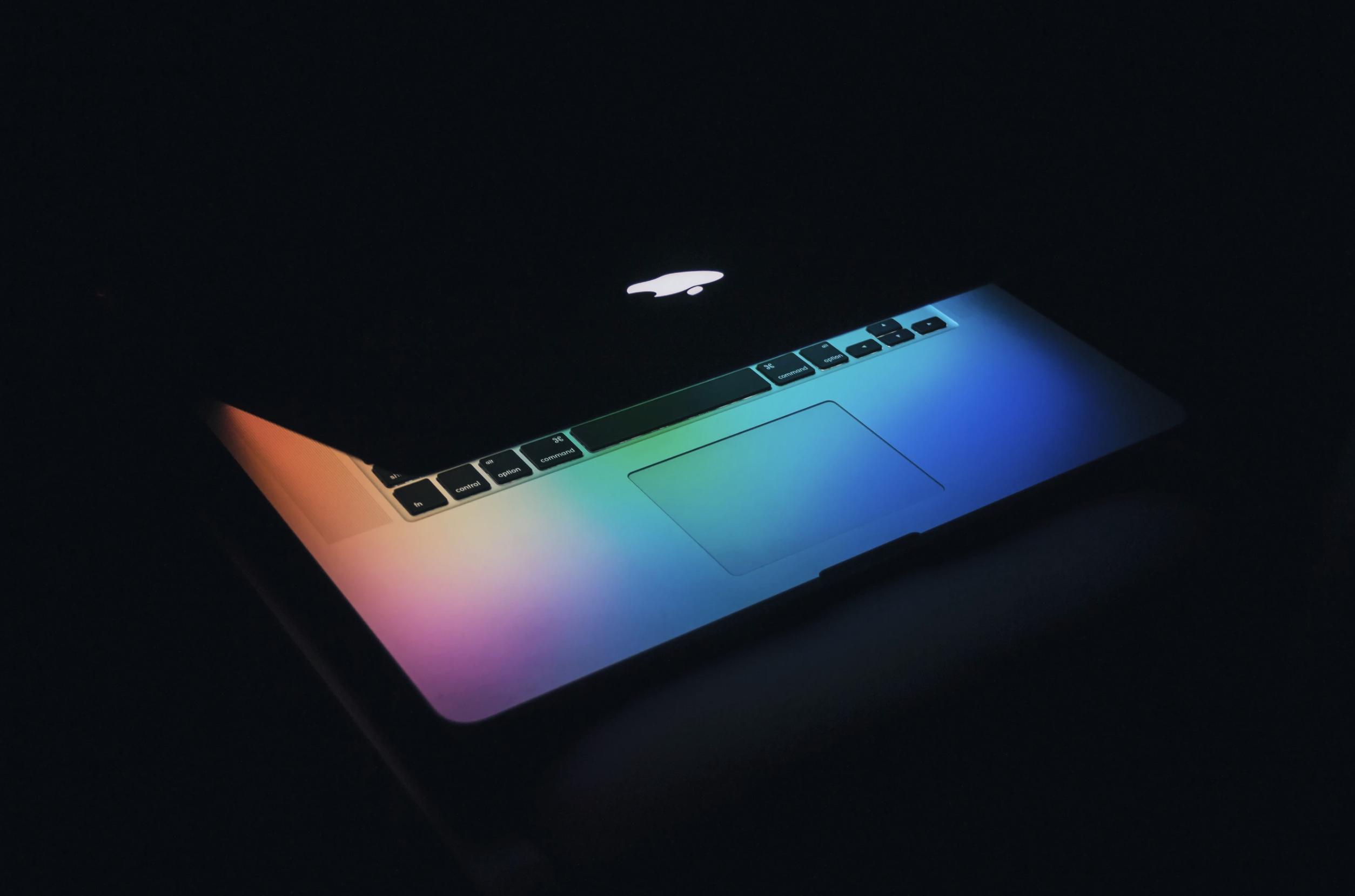Macをブルーライトカットする3つの方法|設定・メガネ・フィルムで目を守ろう
